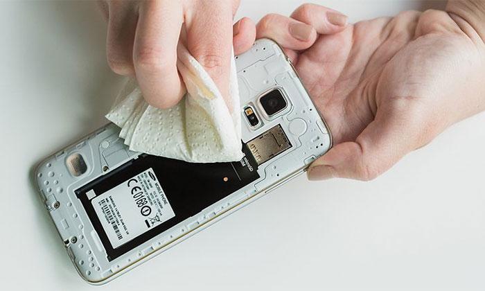 پس از افتادن گوشی موبایل در آب، در وهله اول به سرعت گوشی موبایل خود را از آب خارج کنید