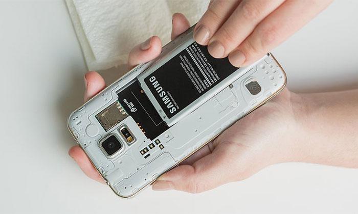 حال قصد داریم به بررسی 10 کاری که پس از افتادن گوشی موبایل در آب باید انجام دهیم بپردازیم.