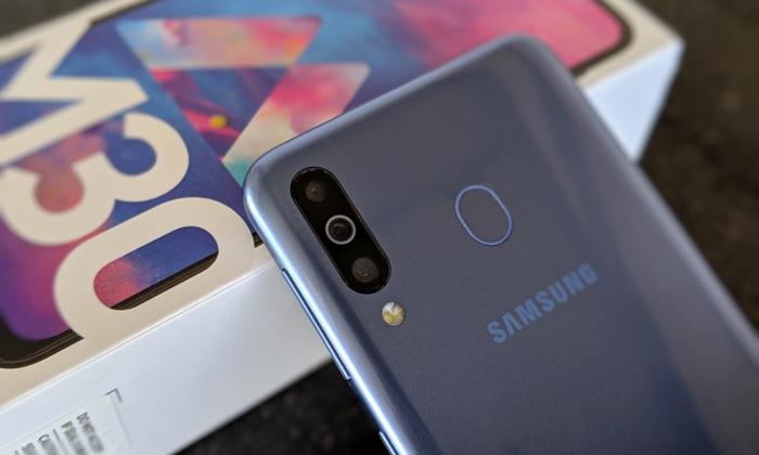 بررسی صفحه نمایش گوشی هوشمند M30
