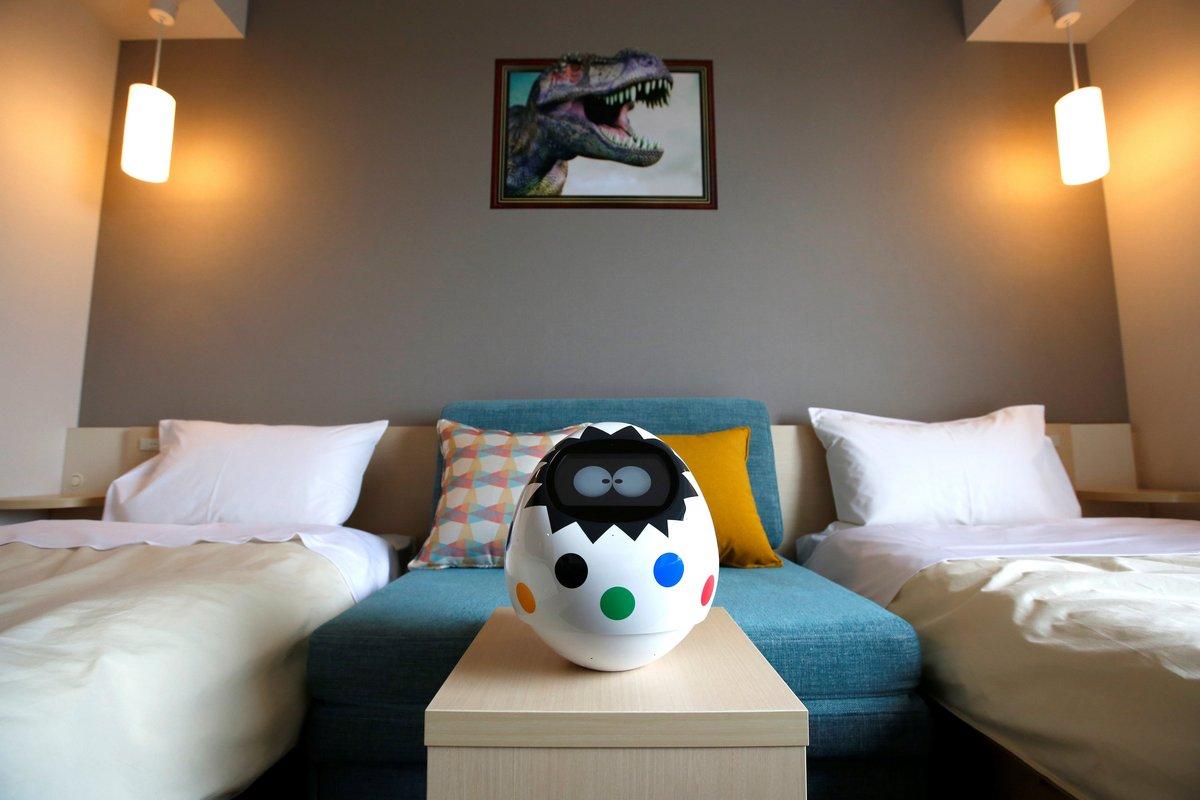 تاپیا ربات هوشمندی است که در اتاق های هتل هن نا قرار دارد و با بهره گیری از آن مسافران می توانند تجهیزات اتاق، از جمله تلویزیون، هواساز و نور را با دستورهای سوتی و یا لمس ربات تنظیم کنند.