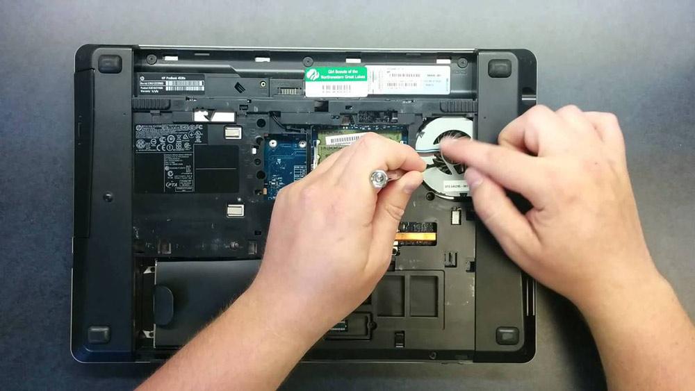 تمیز کردن لپ تاپ با باز کردن آن
