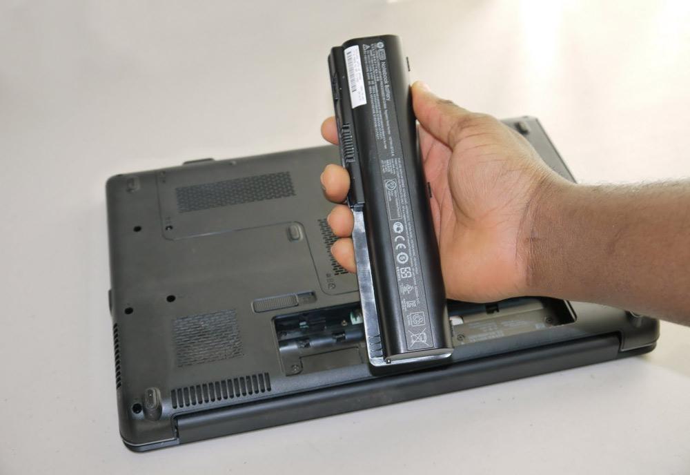 باتری لپ تاپ خود را از دستگاه خارج کرده و به دنبال دلیلی برای شارژ نشدن آن باشید