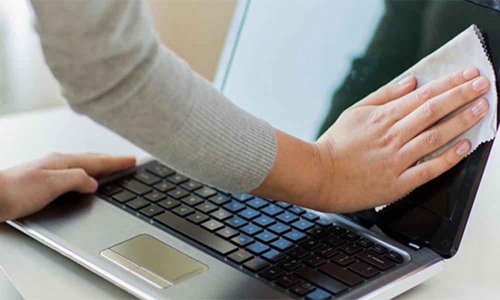 با یک پارچه آب روی لپ تاپ را خشک کنید.