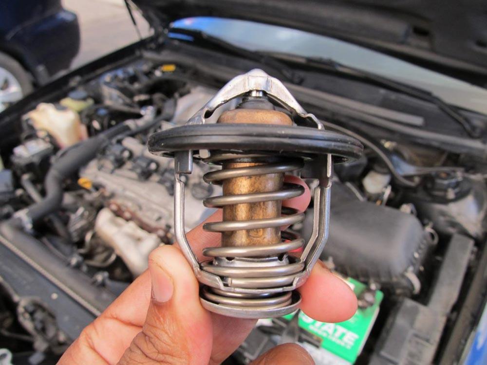 هنگام داغ بودن موتور و رادیاتور، در رادیاتور را باز نکنید
