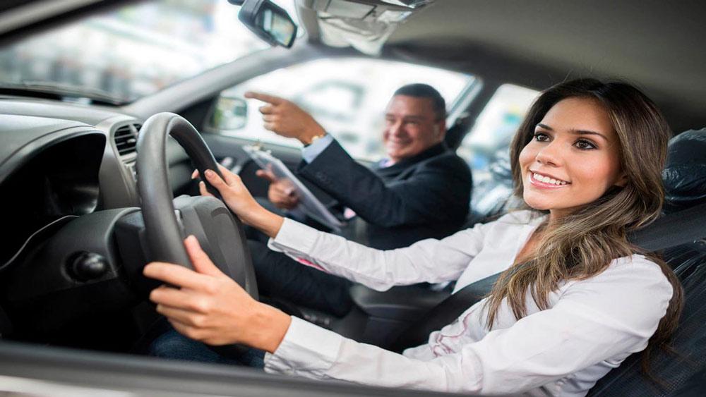 عقب بردن بيش از حد صندلي و فاصله زياد با فرمان نيز که متد بعضي از جوانان در رانندگی است