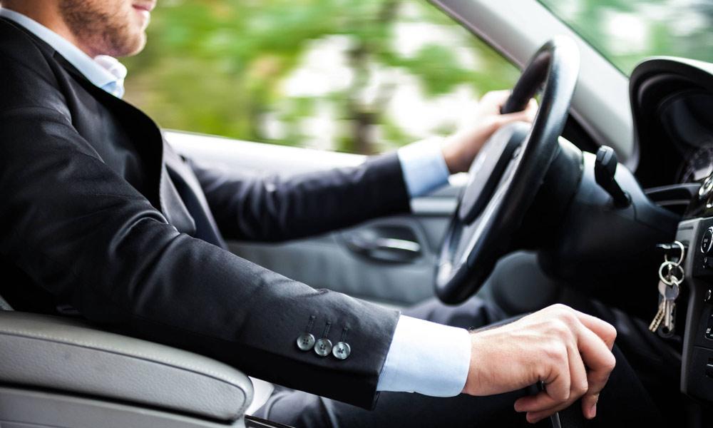 طرز صحیح نشستن پشت فرمان خودرو چگونه است؟
